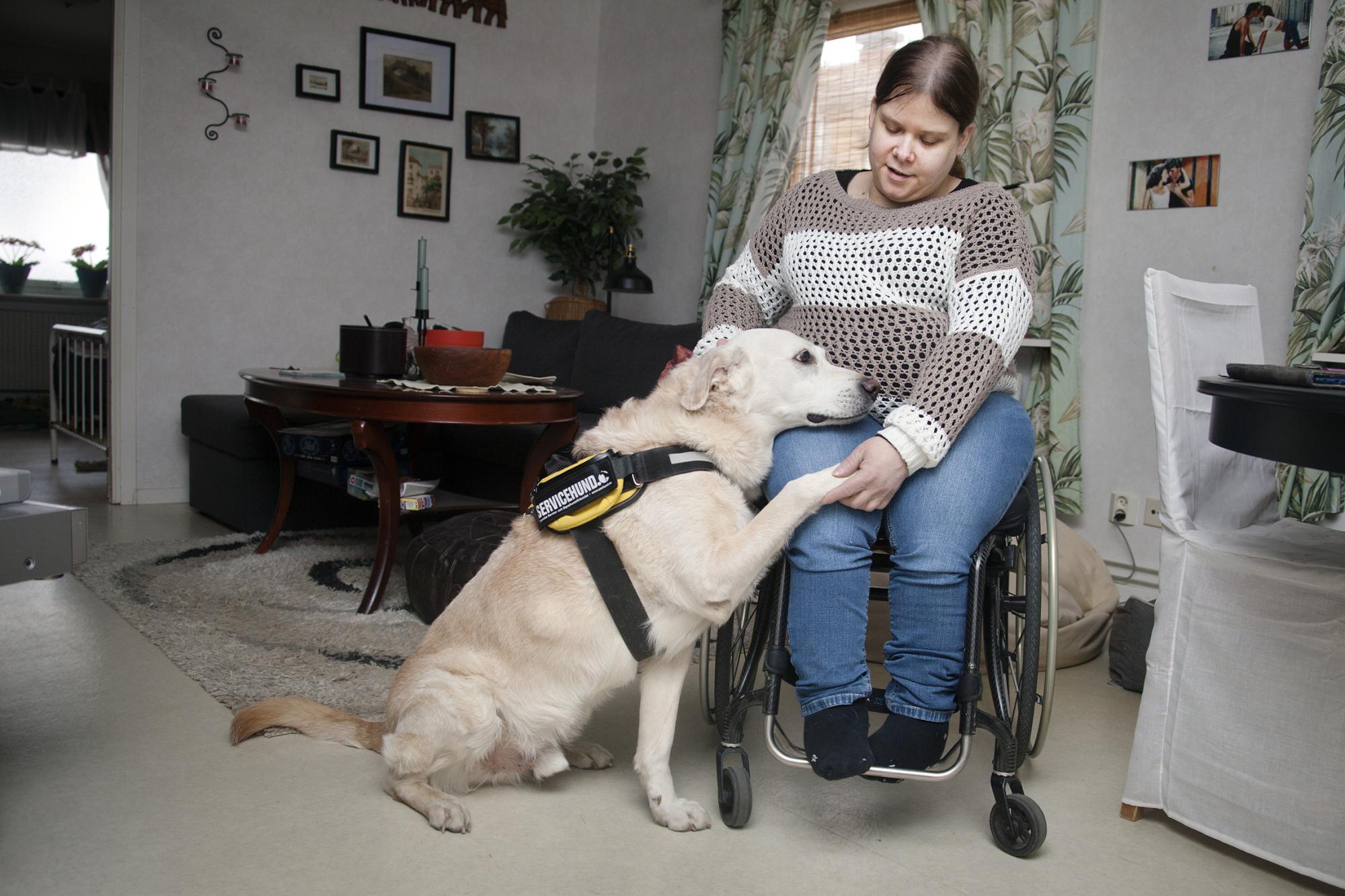 <span>På grund av ryggmärgsbråck sitter Carina i rullstol. Nalle är en trygghet för henne och hjälper henne i vardagen.</span>