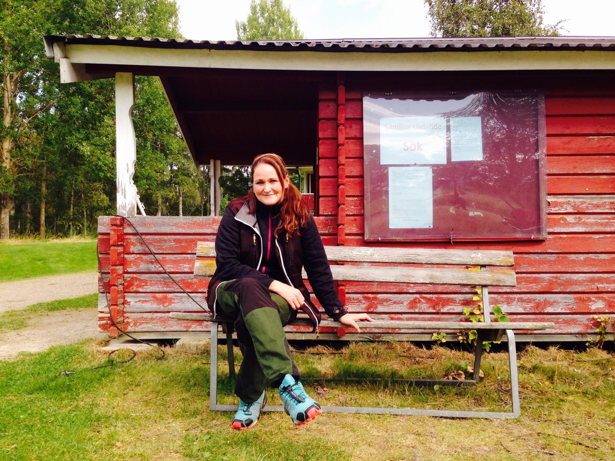 Helene Gustafsson sitter vid Ockelbo Brukshundklubb och väntar.