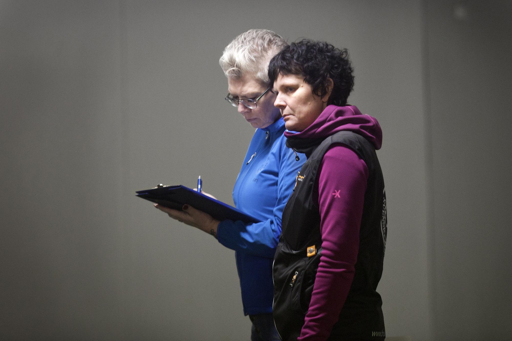 Domare Emelie Hörman, som hade hjälp av skrivare Carry jiewetrz Larsson på planen, gav sig själv 7 poäng för kvällens insats.