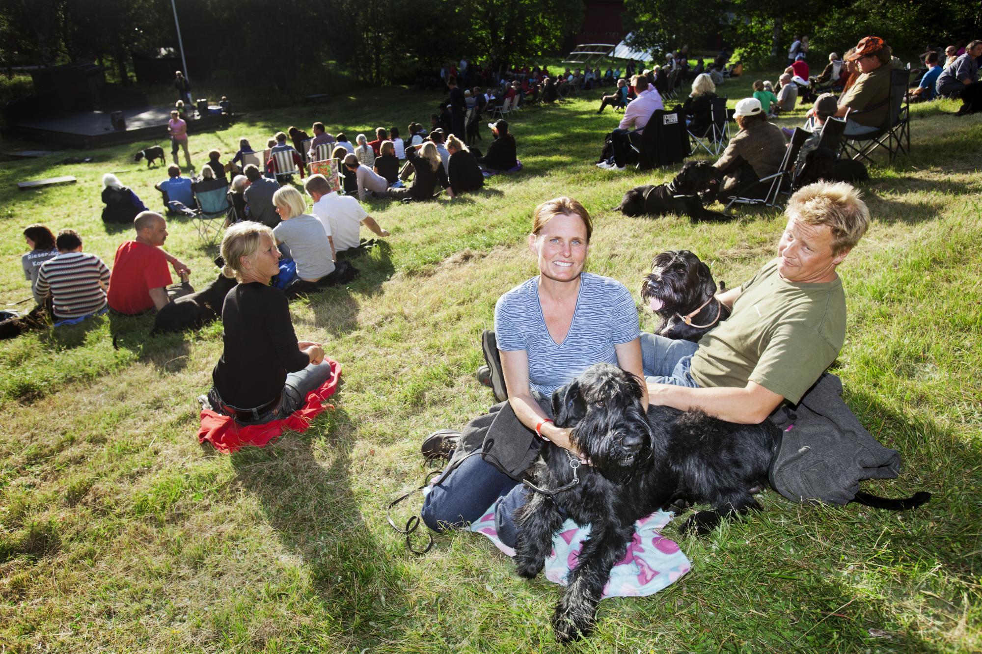 I backen framför scenen samlas alla deltagare för att inviga och avsluta lägret. Helene Jerling med sina hundar Dusko's Dusk To Dawn \