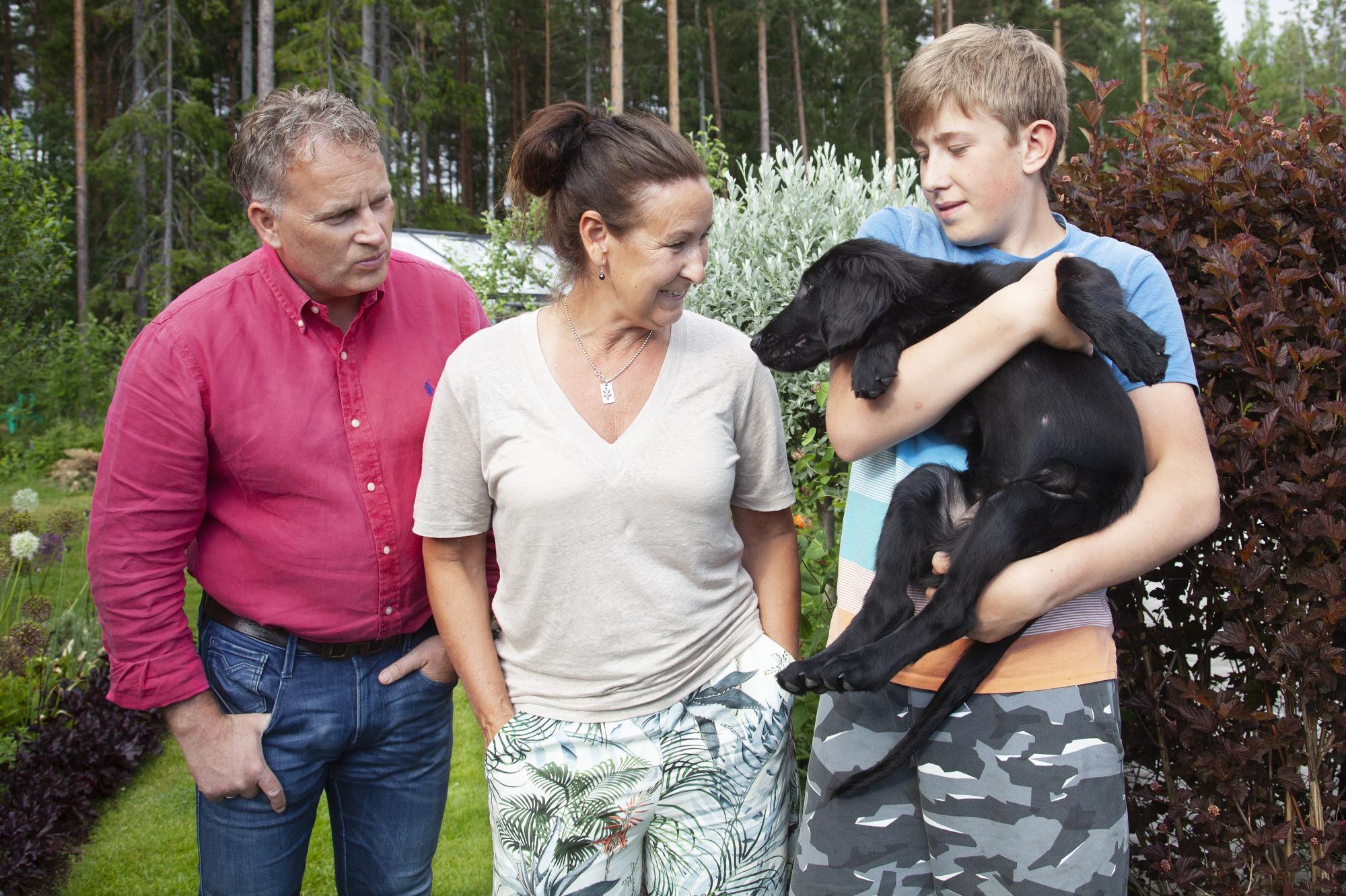 Jonas, Caroline och Jonathan Haeffner tillsammans med familjens nya medlemEbbot,\