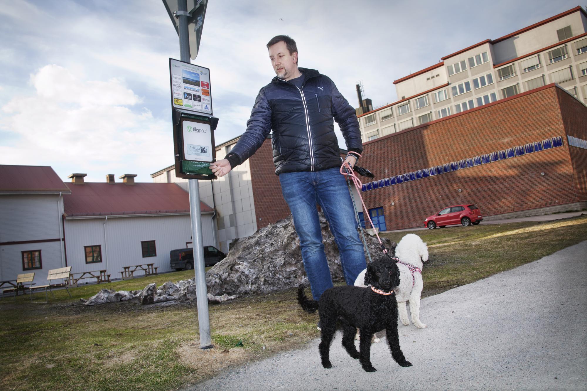 Janne Nilsson har ofta egna påsar med sig, men passar på att ta ett par påsar när han passerar stationen med pudlarna Dixie och Bosse. \