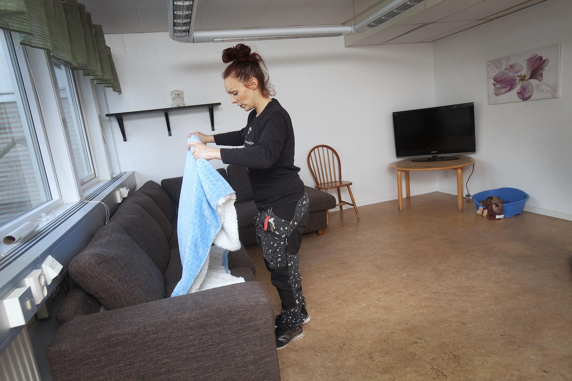 Ett rum står tomt på dagiset. Josefine berättar att hon kan få plats med tolv hundar där.