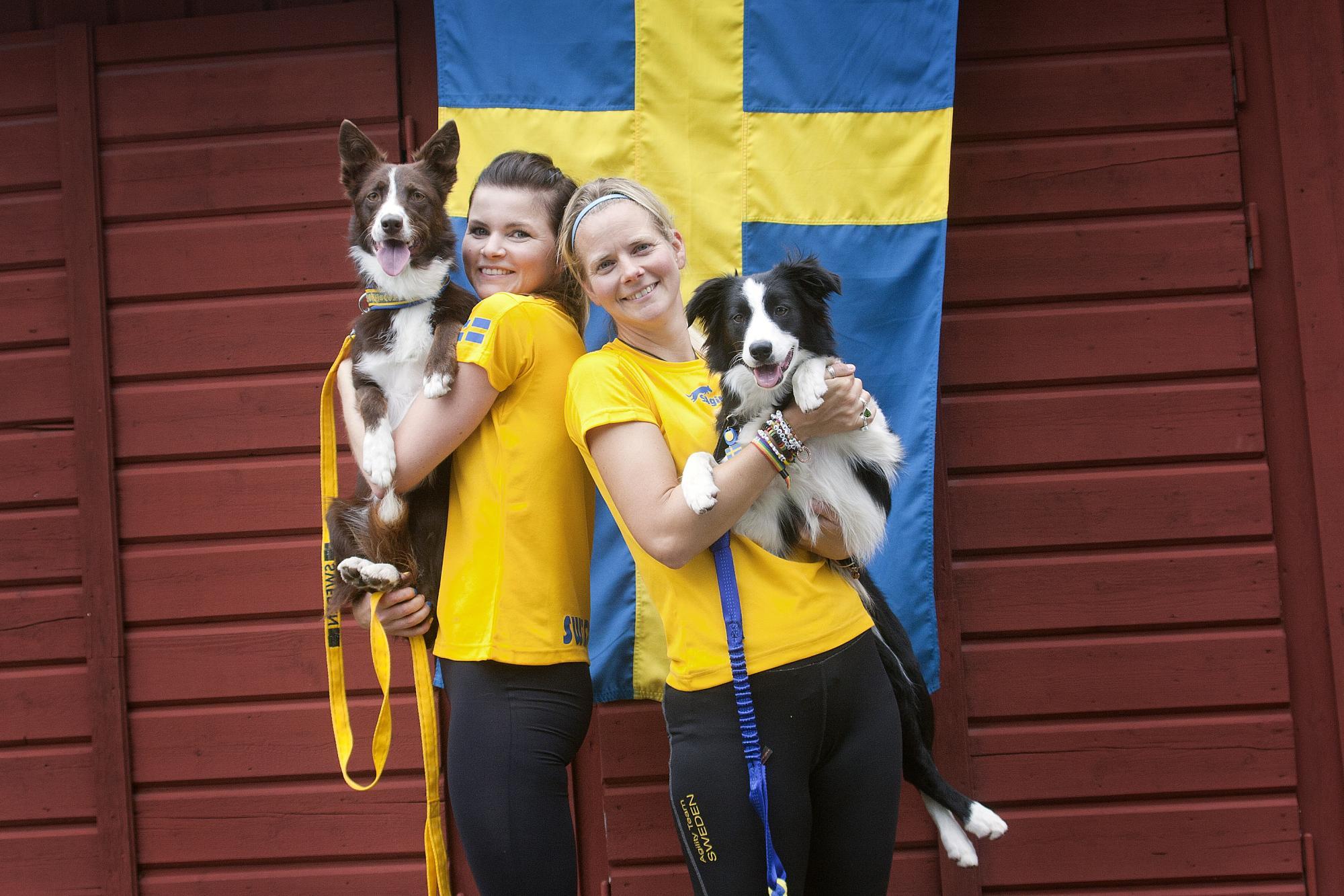 """Silvermedaljören Annika af Klercker och Border Collien Storma """"Vallhunden Storma"""" tillsammans med rutineradeJenny Damm som med hunden Lilli, """"Away To Me Miss Lilli"""", som vann det individuella guldet i large-klassen."""