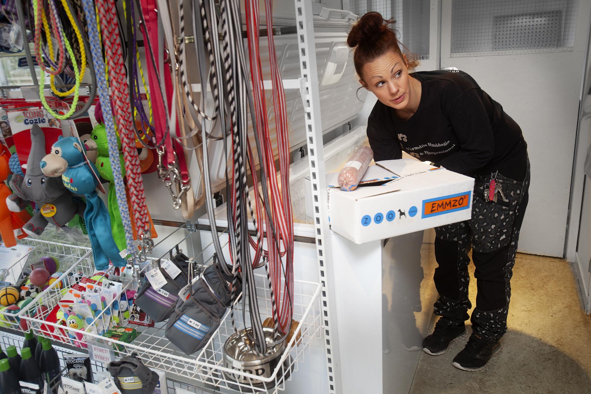 Värmdös hunddagis går för tillfället plus-minus noll & Josefine berättar att det är svårt att göra inköp till butiken.