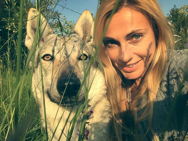 Claudia Fugazza tillsammans med sin hund Velvet. Caludia började med att studera sina egna hundar.