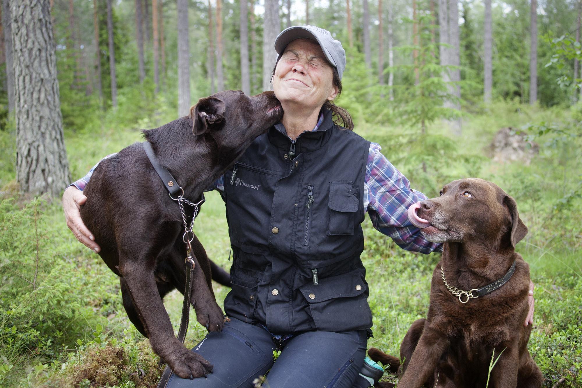 Karin Lundinfår många pussar. Både av Fie och Fies dotter Luna \