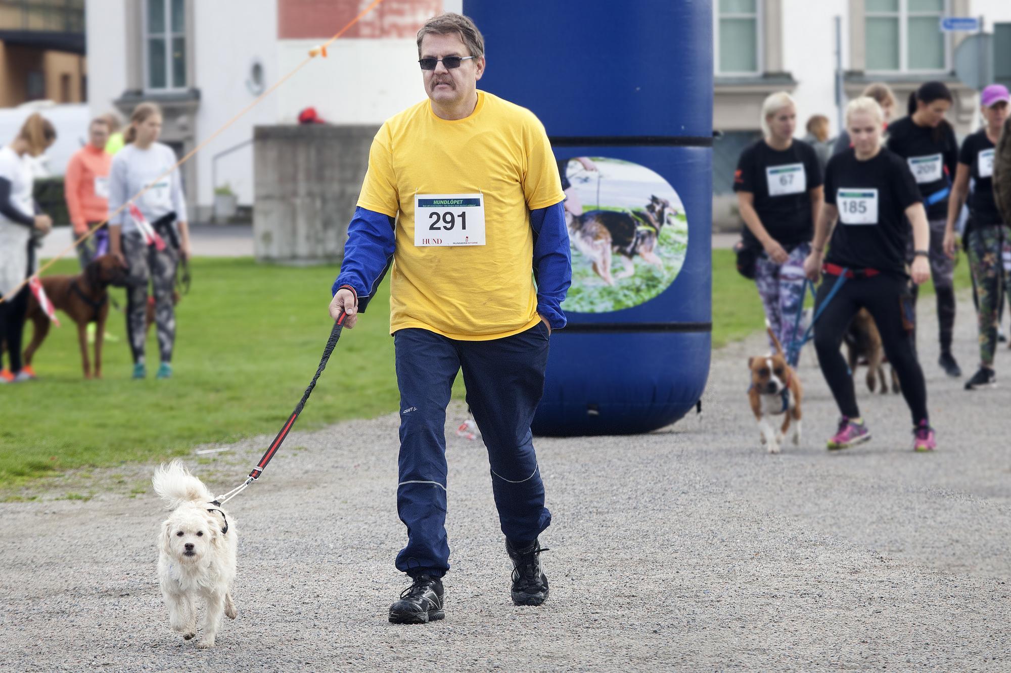 Magnus Strandberg Hansson tillsammans med<span>blandrashunden Sims som är tio år. Sims innehåller Pudel, Bishon frisé, Yorkshireterrier, Griffon och Papillon.</span>