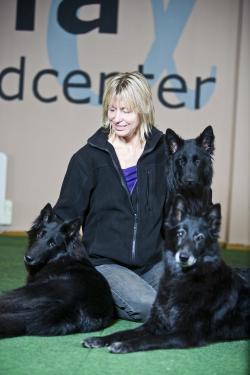 Git Jering är författare, instruktör samt ägare av Alfa Hundcenter. Hon har deltagit i 7 SM med 4 olika hundar och vunnitSM i sök. Erövrat titlar som årets sök- & brukshund.Git förklarar att hon brinner för att kunna läsa och förstå samspelet mellan hund och människa.