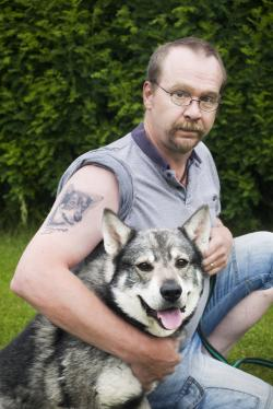 <span>Peter Hermansson med Jämthunden Grim. Numer jagar Peter med</span><span>Norsk Älghund Svart.</span>