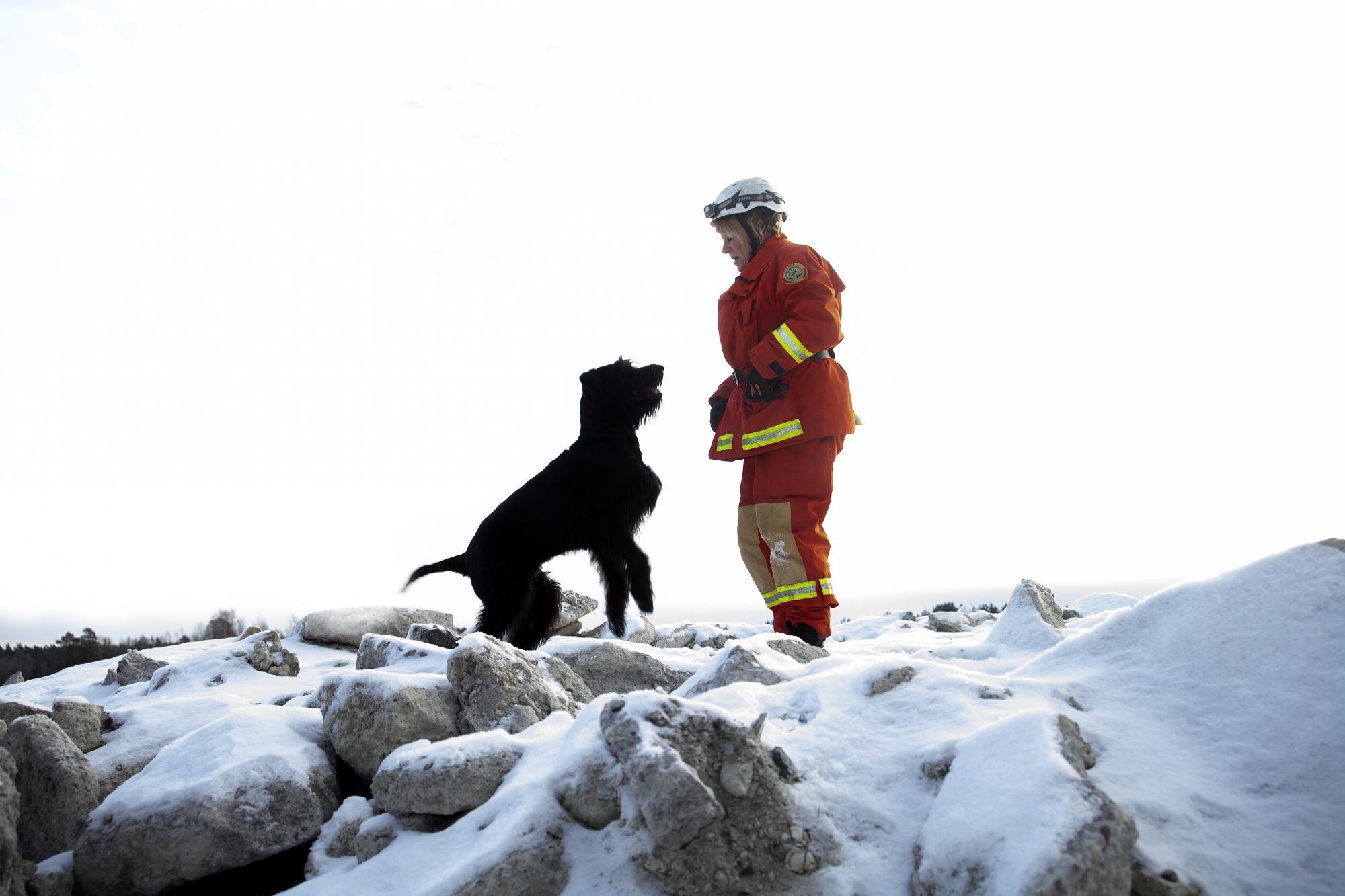 Mia tycker att hon som räddningsförare kommer väldigt nära sin arbetskamrat.
