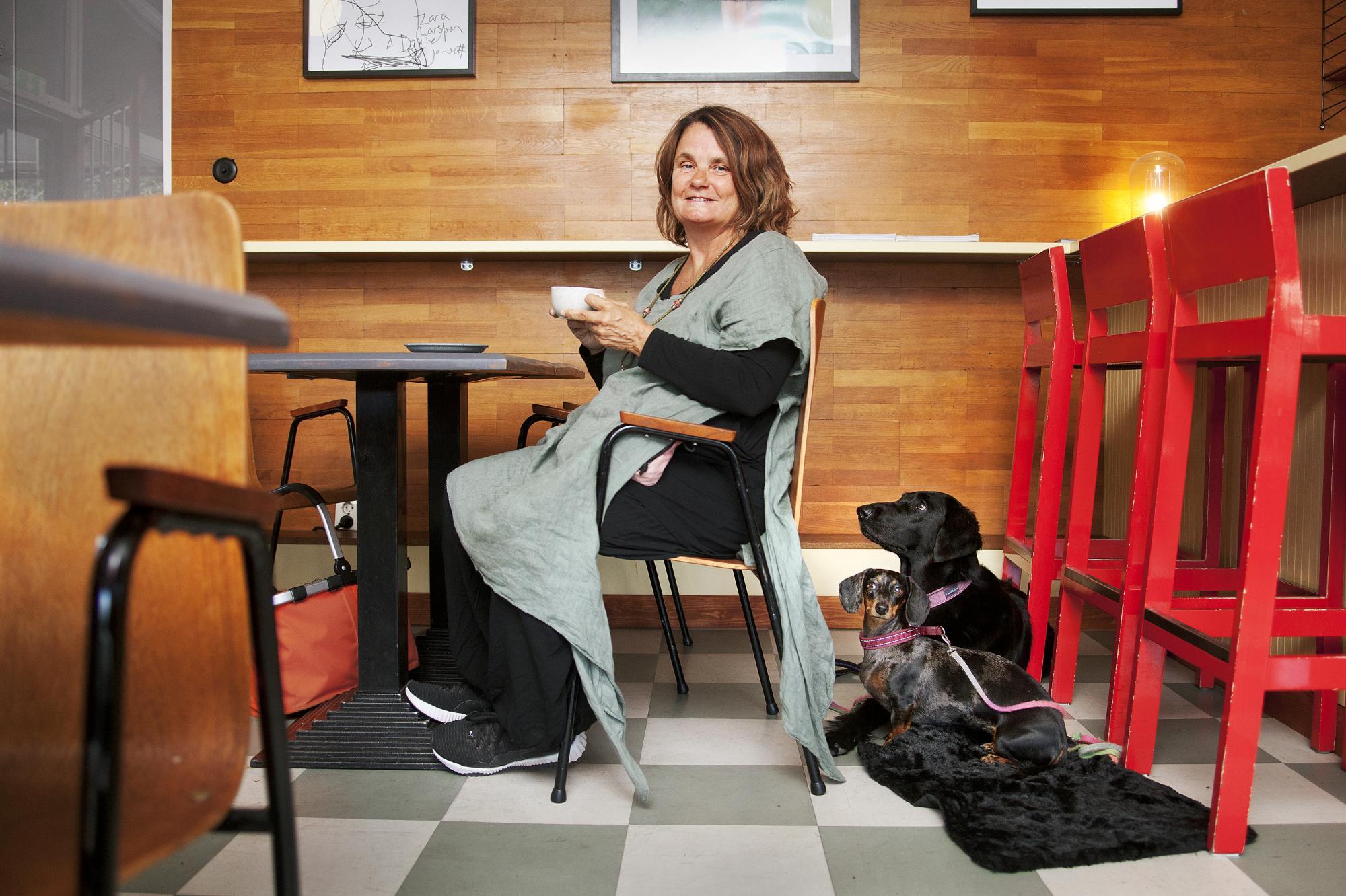 <span>Cilla Danielsson går ofta till cafét &Aring;rstabo ochfikar med sina hundar. Cafétvälkomnar hundar och påsamma plats har Cilla även arrangerat soppluncher för hundar och deras ägare.</span><span>Cilla som är vegetarian tar gärna kaffe, en smoothie, bulle eller kaka när hon fikar.</span>