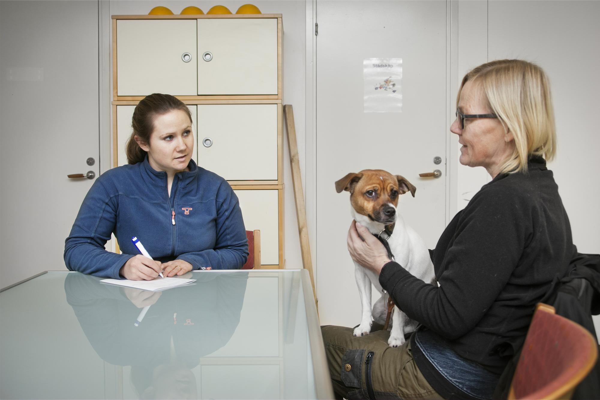 Innan lektionen går Isabelle igenom det som hundägaren vill träna på och gör en plan för dagen. Isabelle säger att hon aldrig hade flyttat till Skinnskatteberg om hon inte fått jobb på Lerkulan.