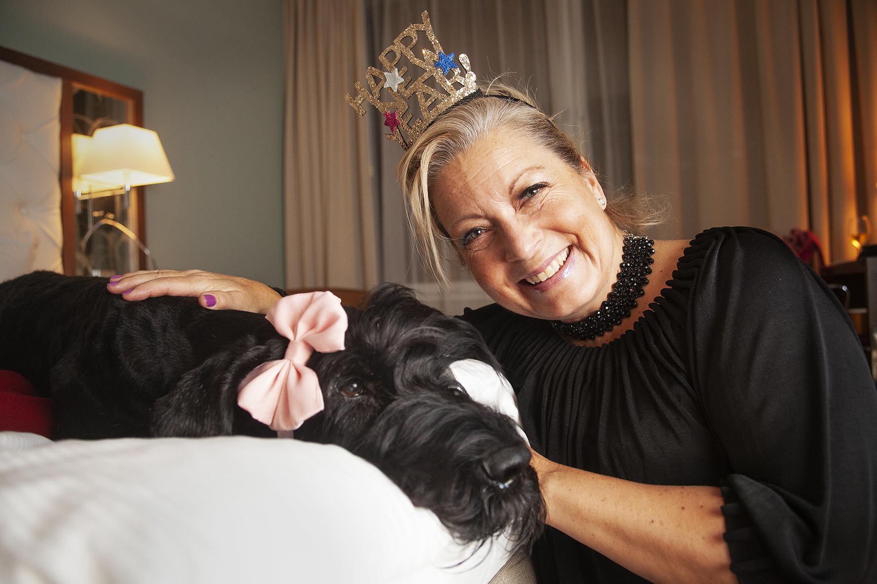 Trots det höga priset har Riesenschnauzern Lilly fått bo två nätter på hotellet med matte Charlotte då matte ser det som en happening och ett trevligt sätt att träffa andra hundägare på.