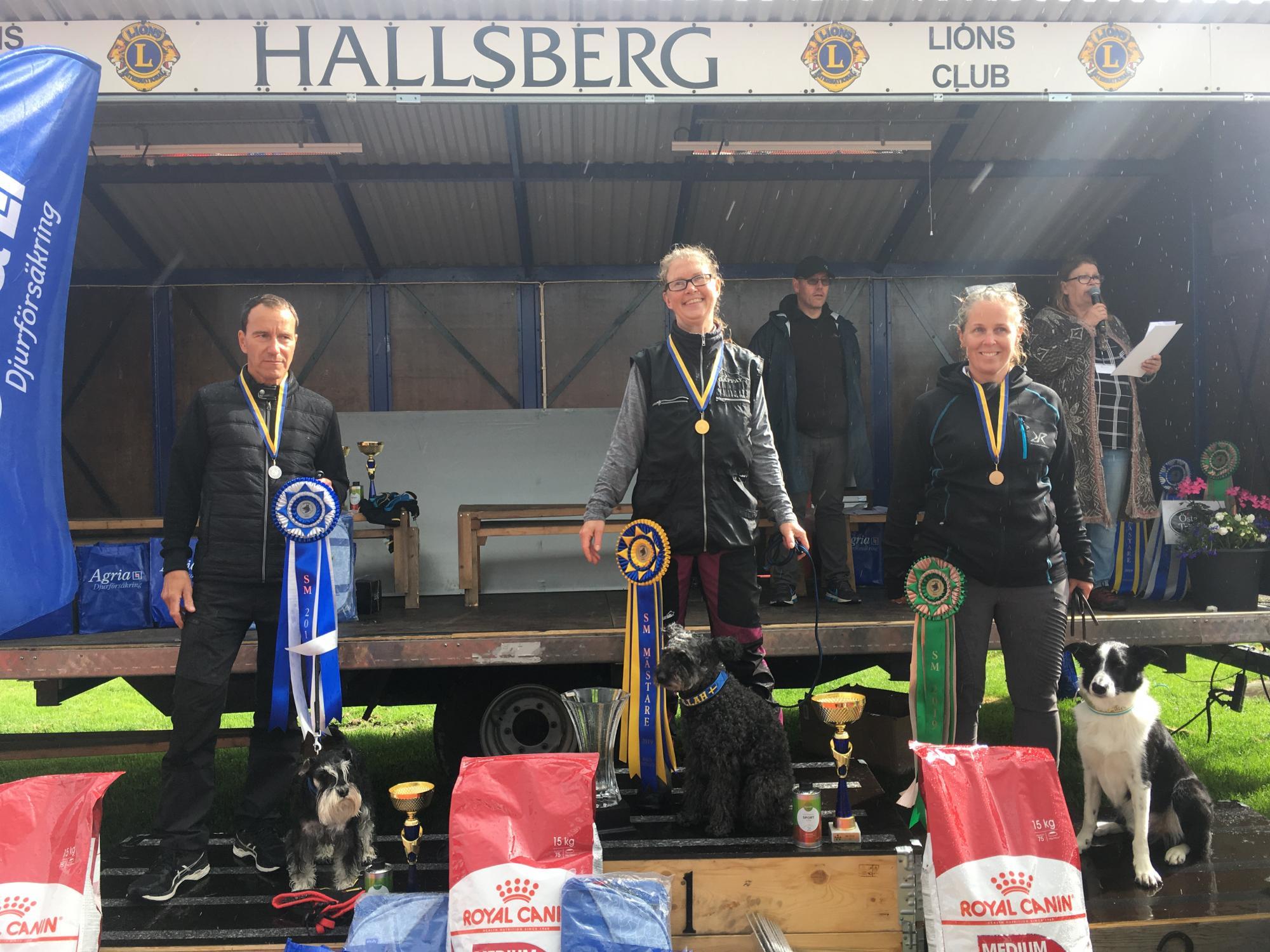 """Åsa Skog från Älmhult BHK vann rallylydnad tillsammans med sin Pumi  Czillah, """"Bennaz'Czillah El-Ra . 2a plats tog Rolf Hägne från VisbyBK med Messi, """"Hnoss Xlnt Desire"""", en Dvärgschnauzer & 3a Lisa Grönstedt från Karlshamns BK medBorder Collien Tam, """"Ever On Tam""""."""