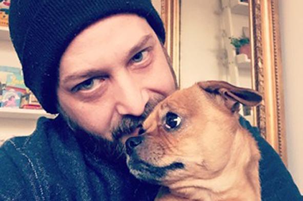 Markus Krantz från Sundbyberg åkte in till Drottninggatan med sin hund Coco för att hedra alla som dog vid attentatet.