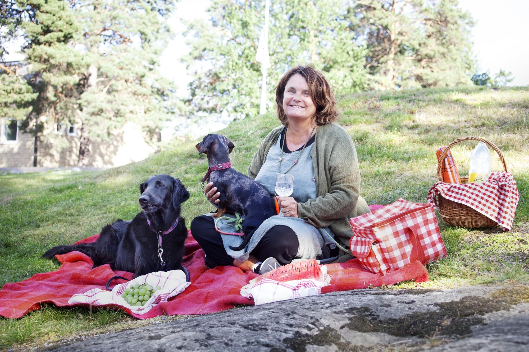 <span>Cilla Danielsson är hundtränare och hundpsykolog. Hon titulerar sig även som pet behaviorist och tar gärna en picknick med sina hundar</span><span>Mira,</span><span>Släthårig Dvärgtax, & Nova,</span><span>Flat Coated Retriever.</span>
