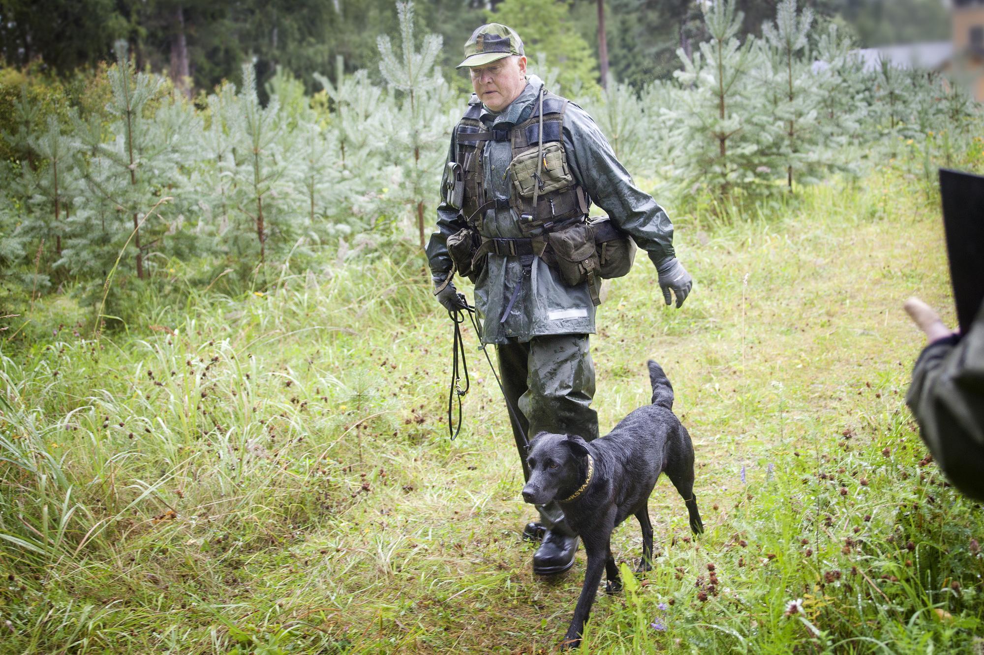Mats Andersson och Tess på väg in till patrullstigen. Efteråt konstaterade domarna att vi sett en mycket bra hund.