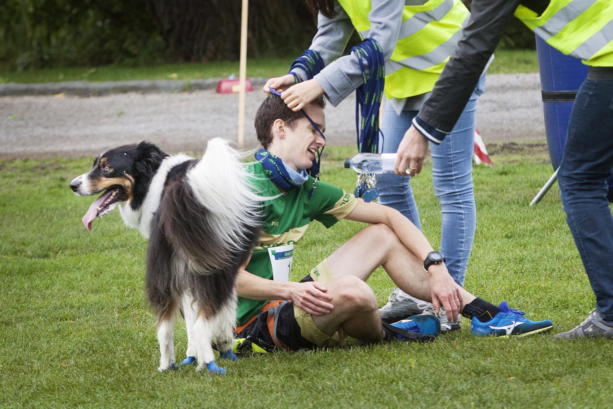 HE bevakade hundlöpet och förevigade när<span>Mattias Jonsson och Border Collien Elton gratulerades till vinsten av 10 km.</span>
