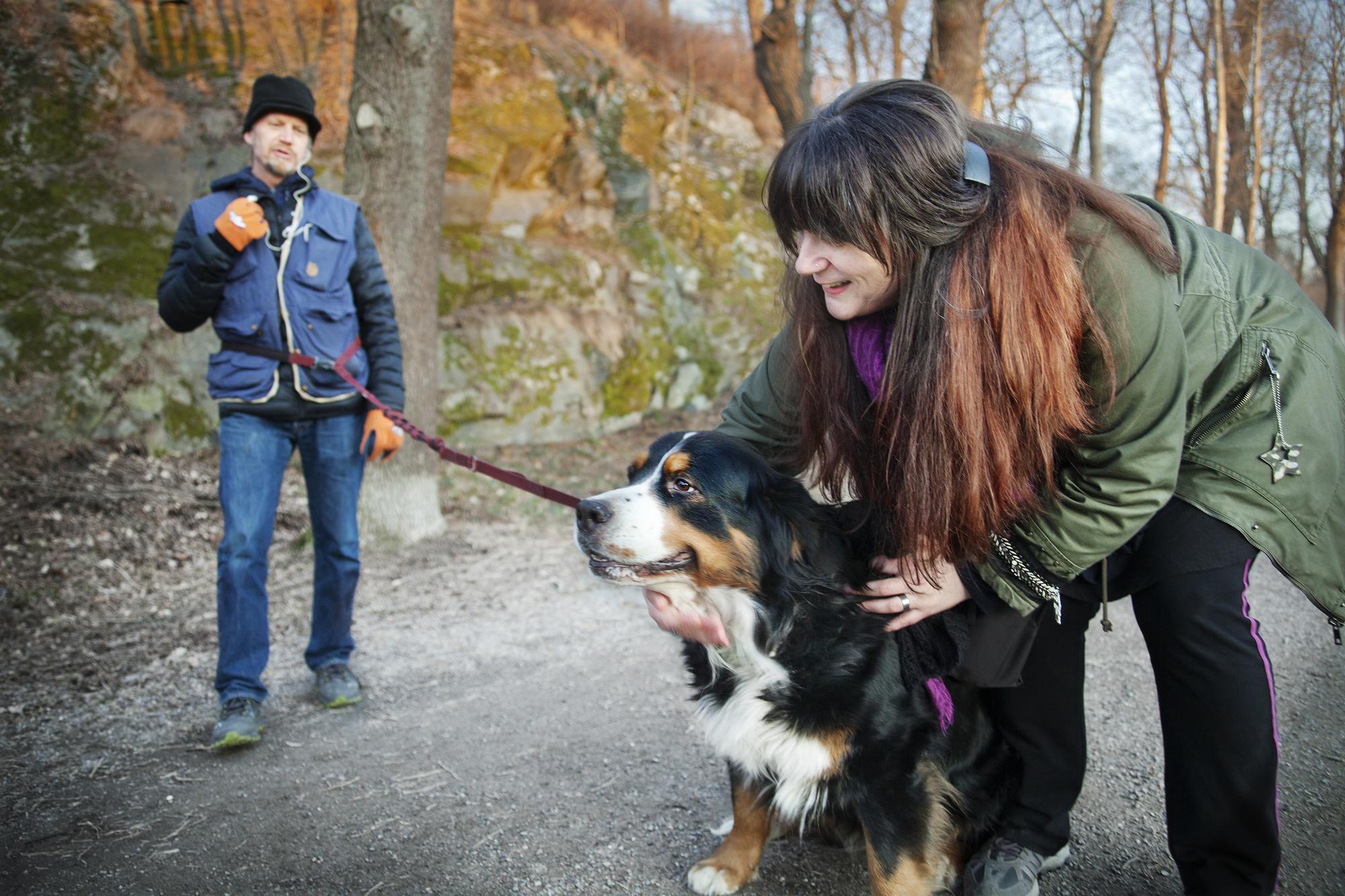 <span>– Jag vill helst krama stora hundar, men hälsar på alla hundar, från den minsta Chihuahua till största Mastiffen, säger Mia Wallerud som här ger Berner Sennentiken Ronja en stor kram.</span>