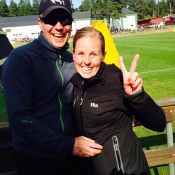 Elins Haglund tillsammans med sin man Mattias Magnusson när hon just fått reda på att hon vunnit SM i skydd.