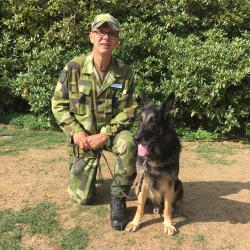 Förra årets vinnare av SM för patrullhundar, Mikael Åberg, deltar inte i år då hans hund Elmer blivit sjuk och somnat in. Mikael berättar att det troligtvis var en följdsjukdom från en fästing.