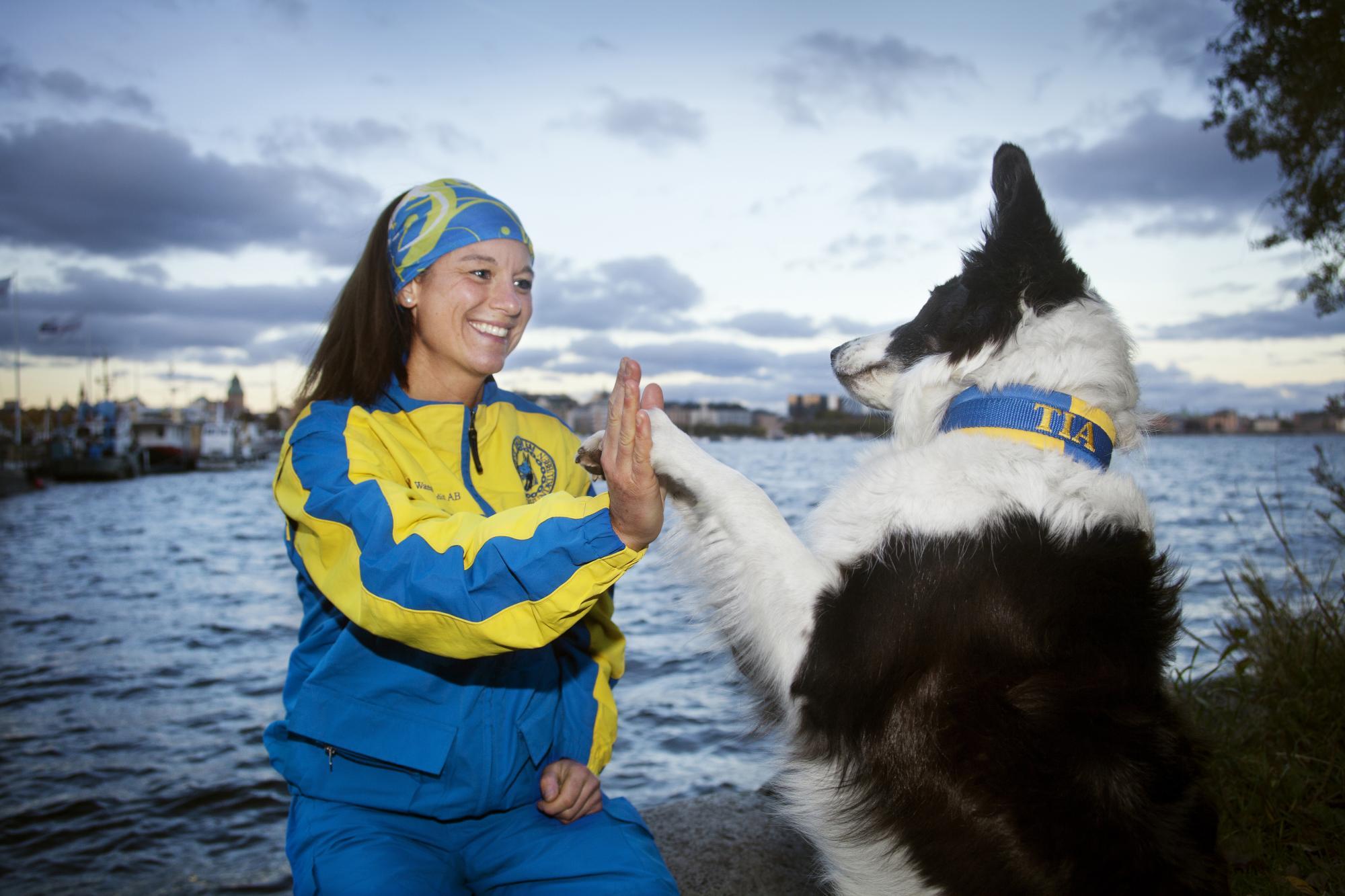 "Tia ger Sofia en ""femma"". Paret har representerat Sverige i lydnads VM. Självklart matchar Tias halsband Sofias landslagsdress."