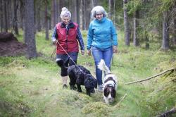<span>Sabina Henkel Graf och Karin Gamisch Lindholm har anmät sig till promenaden som bidrar till Hundstallets verksamhet.</span>